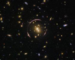 アインシュタインリングをハッブルが観測