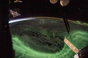 ISSからオーロラと日の出を両取り
