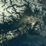 宇宙から見た雪をいただくレーニア山