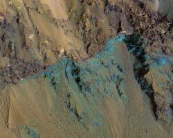 火星の「ヘール・クレーター」の露出した岩盤
