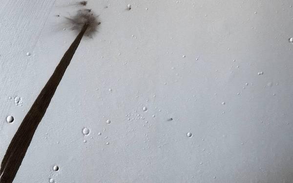 火星隕石衝突が残したクレーターと帯