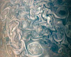 木星北半球の混沌とした渦巻く雲のコントラスト