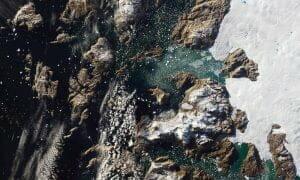 夏のグリーンランド沖に広がる氷山