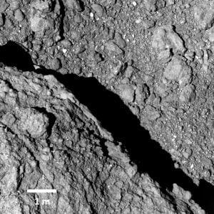 高解像度で撮影されたリュウグウの地表。望遠カメラONC-Tで撮影