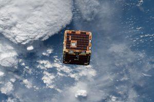 宇宙へ放出された四角い掃除機「リムーブデブリス」