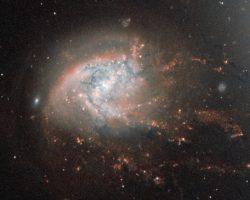 かみのけ座銀河団にある「崩壊」した火花の散るような銀河