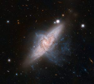 関係のない2つの渦巻銀河が重なり合った天体