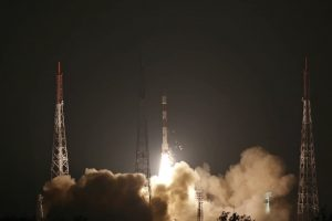 インドがPSLVロケット打ち上げ 軍事衛星と学生キューブサット搭載