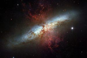 炎を吹き出す曹灰長石の様なスターバースト銀河