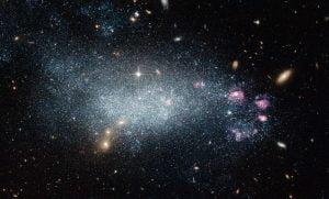 若い星に包まれた年齢詐称の矮小銀河