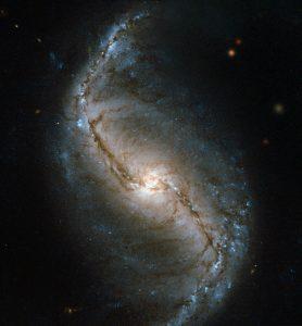 南天ろ座にあるS字を描く棒渦巻銀河
