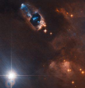 若い星から立ちのぼる硝煙の様な天体