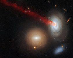 銀河団の中心に吸い込まれる銀河が放出する物