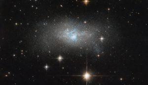 青い光の中にいる。周囲の物質を食べ尽くす活動銀河核
