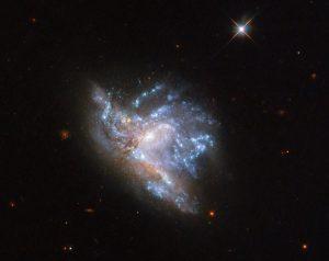 融合する銀河の中の混沌。未来の銀河系とアンドロメダ銀河のよう