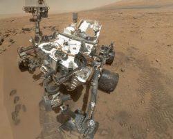サッと横切るいびつな影。火星探査車「キュリオシティ」が火星の日食を撮影