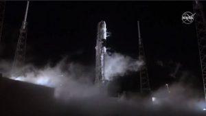 スペースX、ドラゴン補給船の打ち上げ成功 ファルコン9は着陸実施