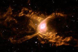 反り返る2つのローブを持つ不思議な惑星状星雲