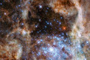 太陽の100倍以上大きい星々と3000万倍の光