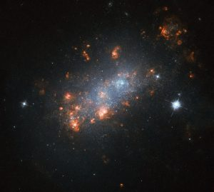矮小不規則銀河のエネルギーに満ち溢れた花びら