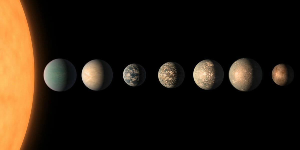 赤色矮星「TRAPPIST-1」(左端)と、その周囲を公転する7つの系外惑星を描いた想像図(Credit: NASA/JPL-Caltech)