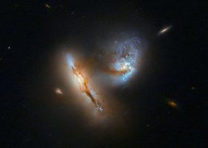 天の川銀河とアンドロメダの衝突合体を彷彿させる「UGC 2369」