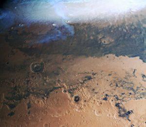 壁紙にいかが? 火星の表面を北から南まで見渡せる縦長画像が公開
