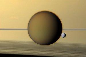 衛星タイタンの盛り上がった縁の湖は過去の気候変動を物語っている?