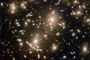 時空のゆがみが作り出す「銀河のドラゴン・アーク」