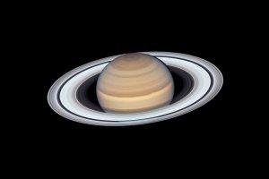 ハッブル宇宙望遠鏡が撮影した土星の最新画像、衛星が巡る様子も