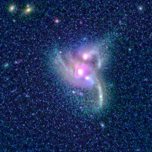 合体する銀河に潜んでいる。接近した3つの超大質量ブラックホールを観測