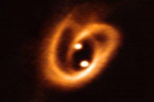 誕生したばかりの星々を取り巻く木星80個分の「プレッツェル」