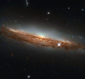 ほぼ真横に見る うみへび座の渦巻銀河