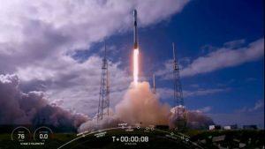 スペースX、スターリンク衛星を60機打ち上げ ロケット着陸も成功