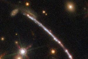 12個ある! 重力レンズによって分身しているように見える銀河