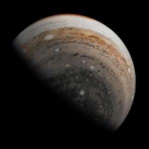 昼夜の境界線。木星を南極付近上空から眺めた姿をジュノーが撮影