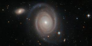 銀河は群れを成している。2億3000万光年先の渦巻銀河もそう