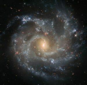 ほぼ正面を向いている渦巻銀河「NGC 5468」をハッブルが捉える