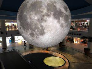 合成に見えるかも?直径6mの月型球体展示物「リアルスーパームーン」