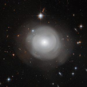 宇宙のウィルオウィスプ。レンズ状銀河「ESO 381-12」