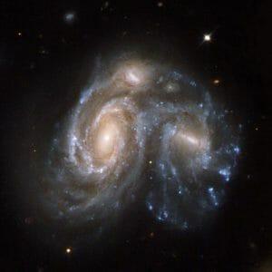 4億5000万光年先の特異銀河「Arp 272」