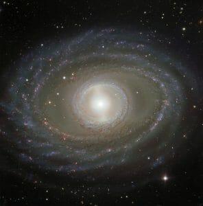 こちらを見つめ返す目のよう。リングが際立つ均整のとれた銀河の姿