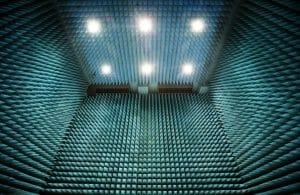 人工衛星をテストする「トゲトゲの部屋」が神秘的で美しい