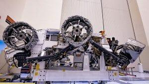 打ち上げ準備進む火星探査車パーセベランス、新型ホイール装着姿を披露
