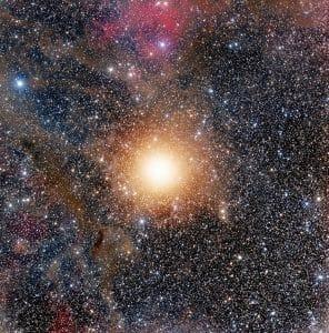 ベテルギウスとその向こう側で輝く無数の星々