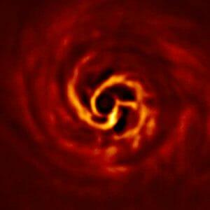 渦巻くガスと塵のなかで惑星が形成されつつある様子、詳細な観測に成功