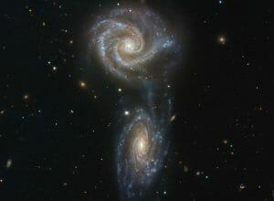 まるで手を取り合う2つの銀河「Arp 271」