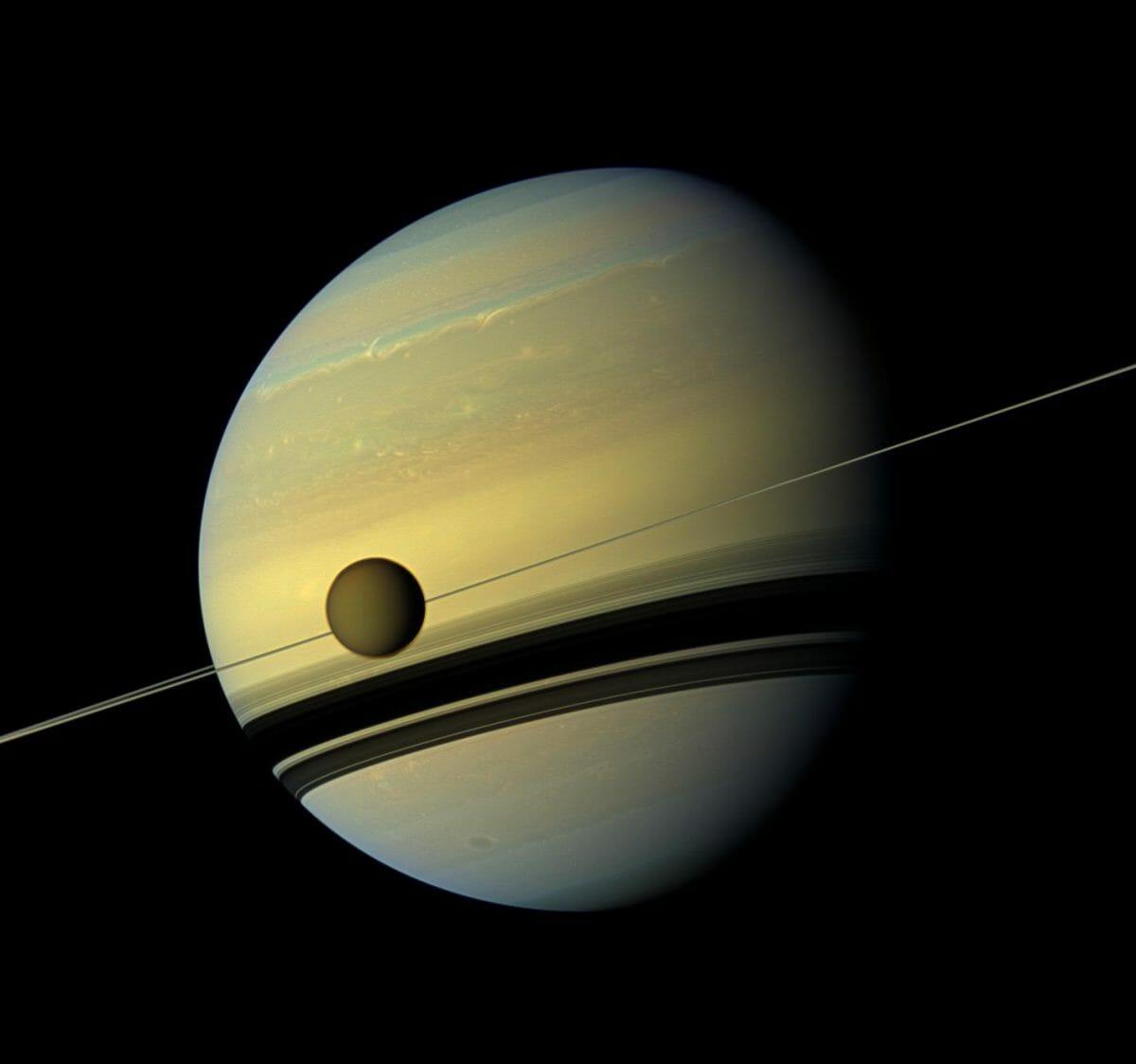 土星探査機カッシーニによって撮影された土星と衛星タイタン(Credit: NASA/JPL-Caltech/Space Science Institute)