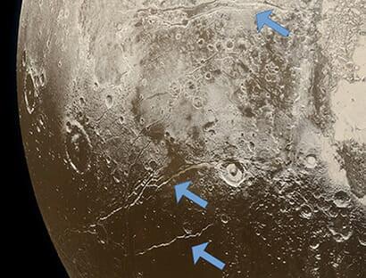 地下の海が凍結したことを示すとされる断層地形