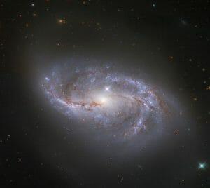 無数の銀河のひとつ。天の川銀河よりも小さな1億光年先の棒渦巻銀河